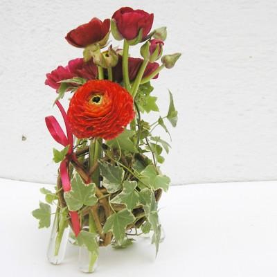 yau flori+aranjamet jos cu ranunculus rosu