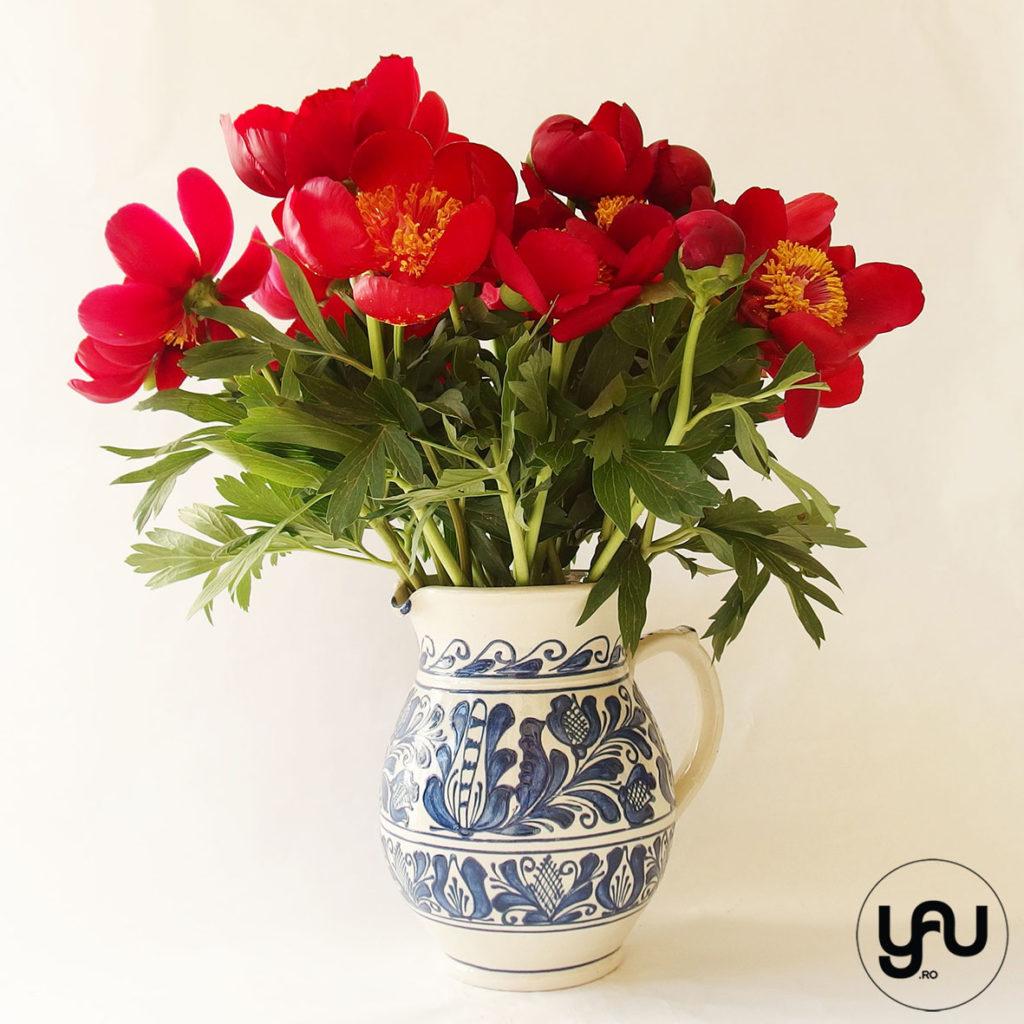 Bujori rosii si ceramica romaneasca YaUconcept Elena TOADER