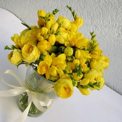 yau flori_buchet de trandafiri de gradina si frezii
