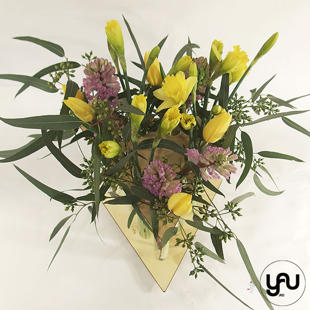 Aranjament floral cu narcise lalele si zambile